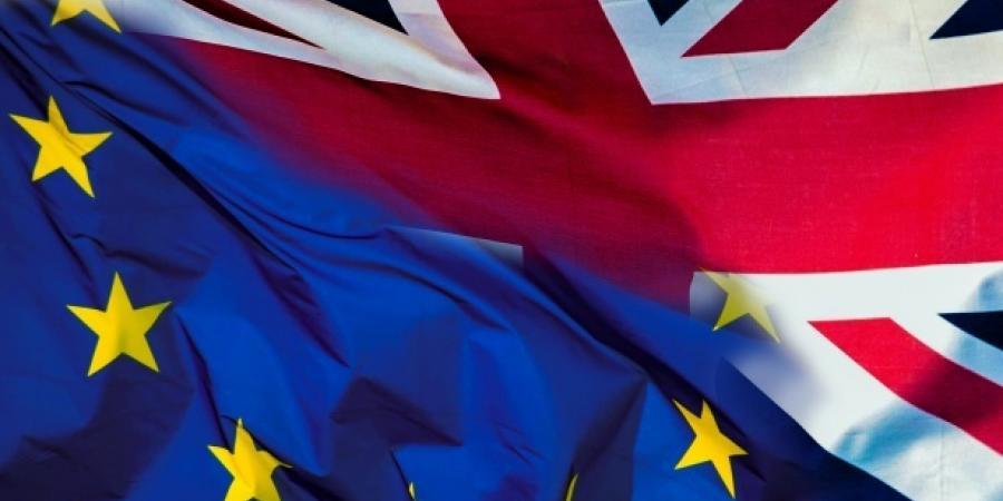 Bandera europea y bandera inglesa
