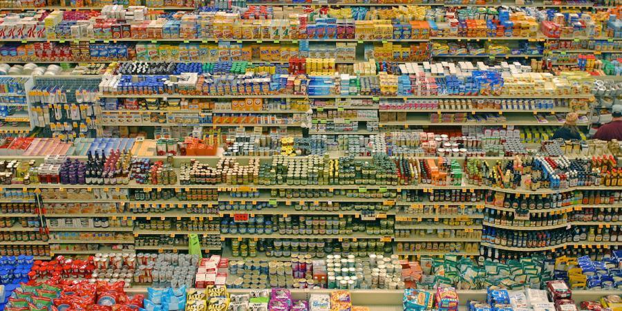 Imagen de las estanterías de un supermercados repletas de productos.