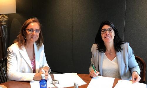 Firma convenio entre Mireia Torres (Plataforma Tecnològica del Vi, izquierda) y Carme Sabrí (AgroBank, derecha)